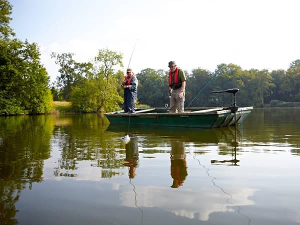 Fischteich pachten oder kaufen; Zwei Männer angeln von einem Boot aus; Foto: Dean Mitchell/iStock.com