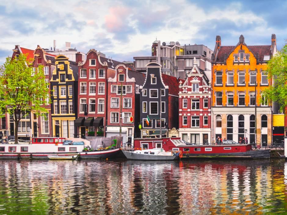 Auslandsimmobilie Niederlande, Amsterdam, schiefe Häuser, Foto: Yasonya/fotolia.com