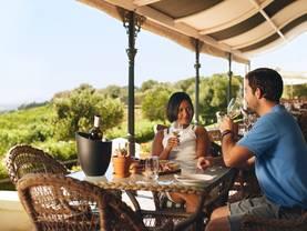 Weinberg kaufen, Ausstattung, Restaurant, Foto: iStock/jacoblund
