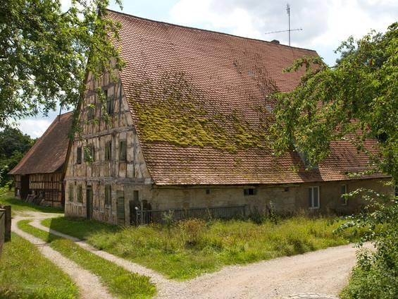 Bauernhaus kaufen, Bruchbude, verfallenes Haus, Foto: wakila / iStock