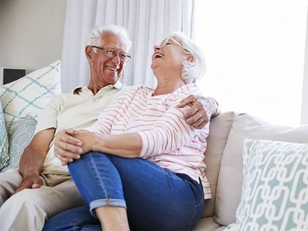 Seniorenwohnungen, Seniorenpaar sitzt auf Sofa, Foto: Monkey Business/stock.adobe.com