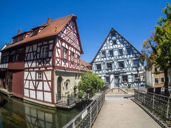 Bauernhaus kaufen, Fachwerkhaus, Mühle, Haus mit Brücke in der Stadt, Foto: animaflora / fotolia.de