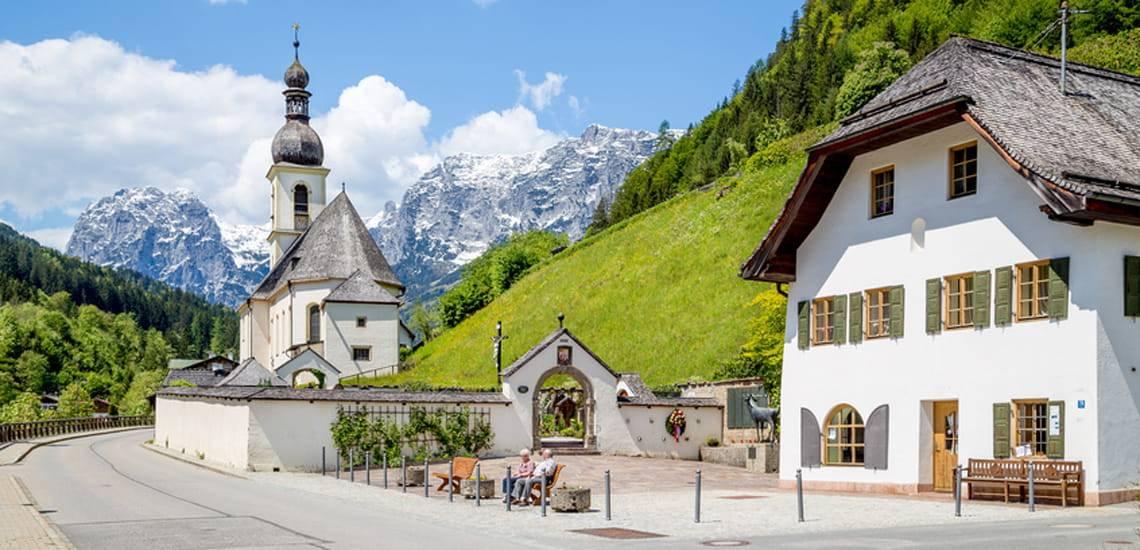 Bauernhaus kaufen, Leben auf dem Land, mehrere Bauernhäuser in idyllischer Landschaft. Foto: JFL Photography / fotolia.de