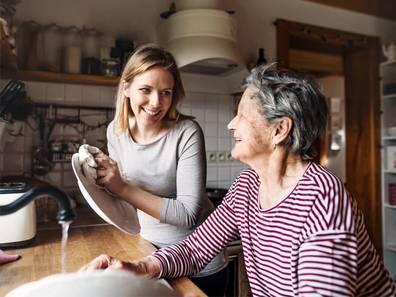 Seniorenwohnungen, junge Frau hilft älteren Frau beim Abwasch, Foto: Halfpoint/stock.adobe.com