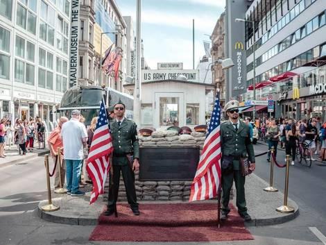 Berlin, Checkpoint Charlie mit Statisten, Foto: Yeo Khee/unsplash.com