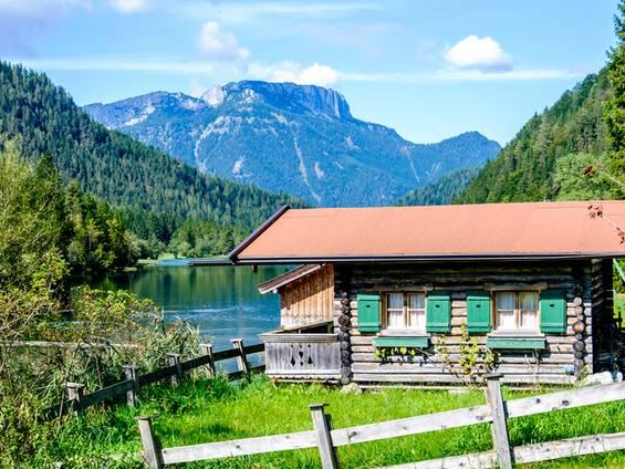 Bauernhaus kaufen, Chalet in den Bergen, Bergsee, Foto: fottoo / fotolia.de