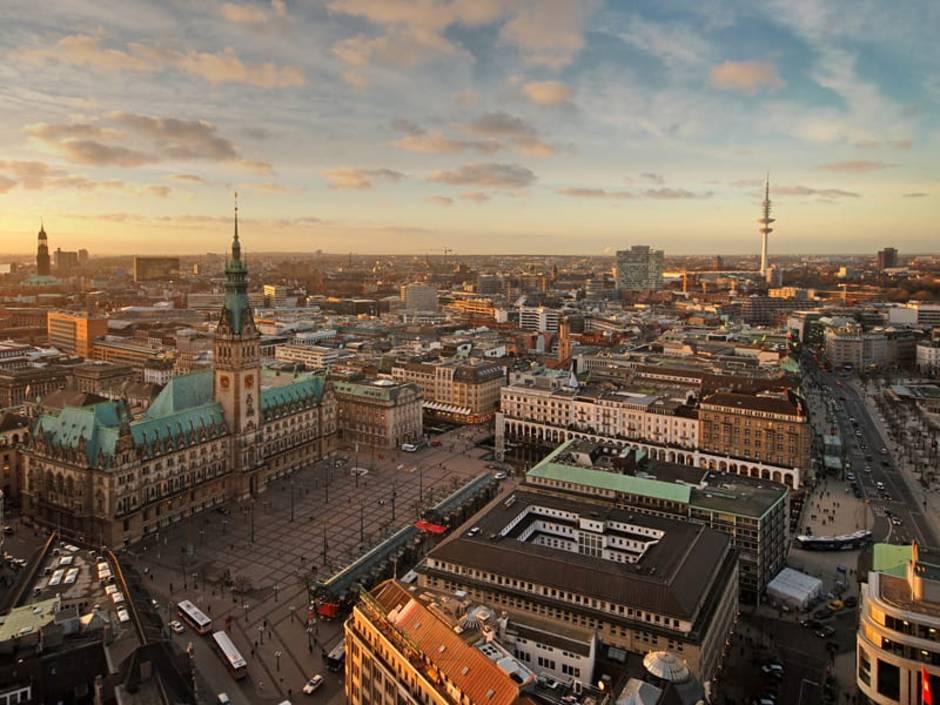 Hamburg, Blick über die Stadt, Rathaus, Foto: Andreas Douvitsas/stock.adobe.com
