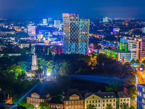 Hamburg, St. Pauli bei Nacht, Tanzende Türme, Bismarck-Denkmal, Foto: dudlajzov/stock.adobe.com