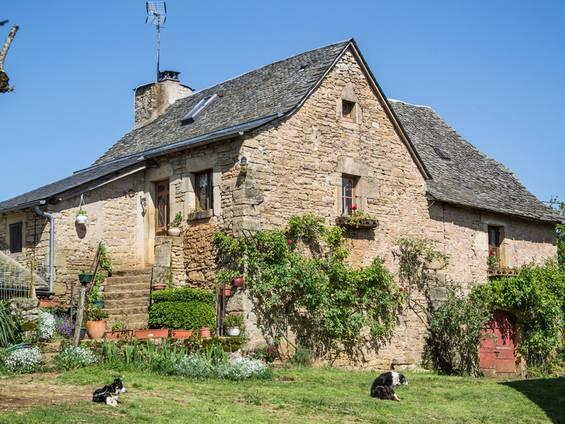 Bauernhaus kaufen, Steinhaus, renoviertes Haus, Foto: Stephan Zabel / iStock