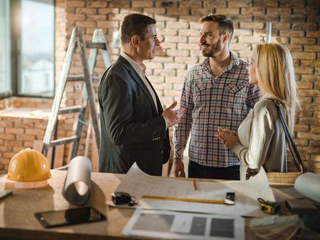 Hausbau, Haus bauen, Hausanbieter, Architekt, Kontrolle, Foto: iStock/skynesher