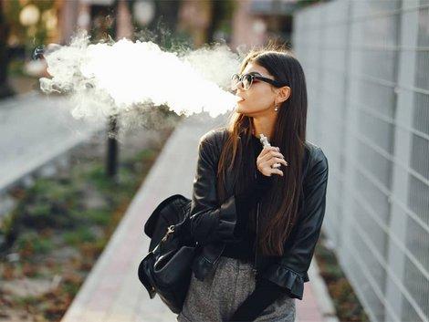 Auswandern nach Thailand, Frau, die auf dem Gehsteig läuft und e-Zigarette raucht, Foto: prostooleh/stock.adobe.com