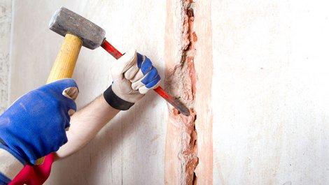 Kabel werden mit Hammer und Meißen freigelegt: Foto: VRD / stock.adobe.com