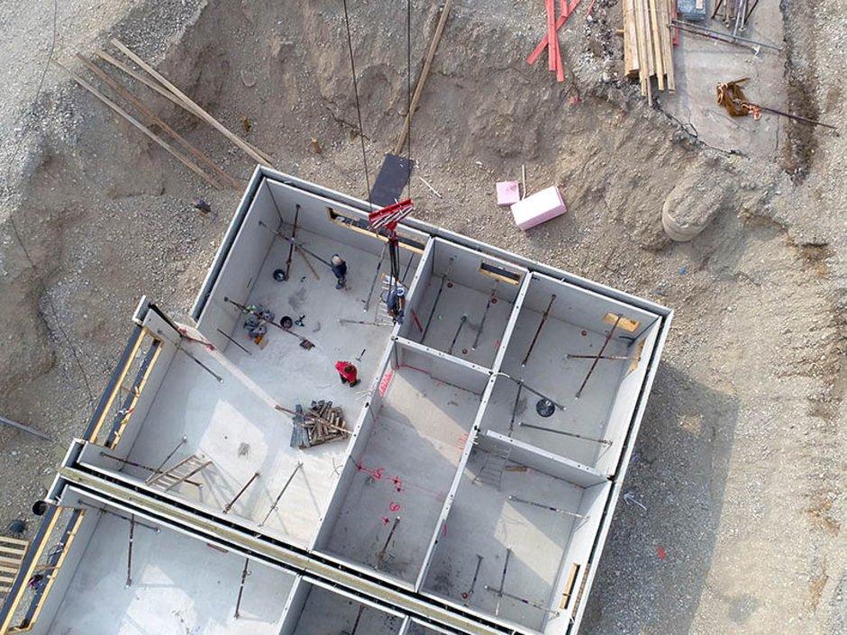 Bausparen, Bausparvertrag Vorteile, Bausparvertrag Nachteile, Blick von oben auf die Baustelle eines Hauses, Foto: PixelboxStockFootage/stock.adobe.com
