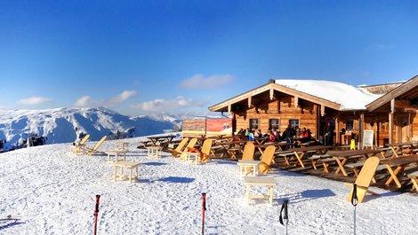Auswandern nach Österreich, Blick auf Berghütte in den Kitzbüheler Alpen, Foto: Sina Ettmer / stock.adobe.com