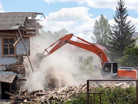 enovierungskosten, Renovierungsfalle Hauskauf, Schwarzbau, Abriss eines Hauses durch einen Bagger, Foto: Mr. Twister/stock.adobe.com