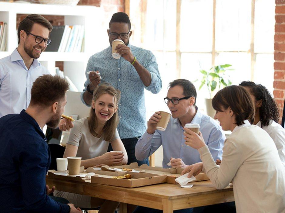 Auswandern nach Schweden, Kollegen stehen im Büro und trinken Kaffee Foto: fizkes/stock.adobe.com