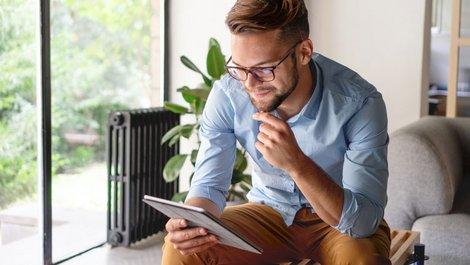 unseriöse Umzugsunternehmen, Mann sitzt mit Tablet in der Hand auf einer Bank, Foto: Stock Rocket / stock.adobe.com