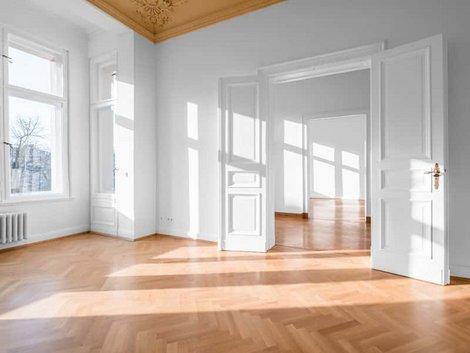 Kaufvertrag, leere Altbauwohnung, sonnendruchflutet, Foto: Hanohiki / stock.adobe.com