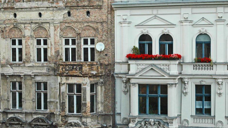 Instandhaltungsrücklage, ein Foto von zwei aneinandergrenzenden Mehrfamilienhäusern, wobei die Fassade des linken sehr kaputt ist während das rechte frisch saniert aussieht, Foto: Matthias Krüttgen / stock.adobe.com