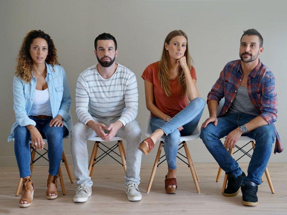 WG-Casting, Vier Personen sitzen auf Stühlen wie eine Jury, Foto: goodluz/stock.adobe.com