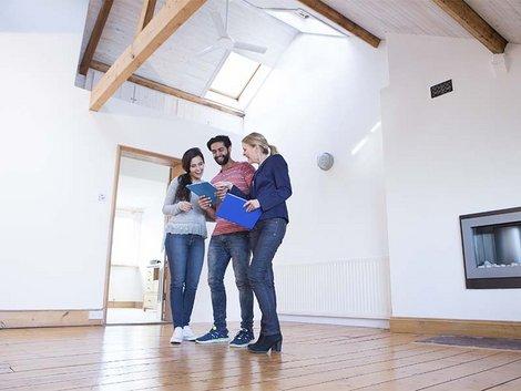 Wohnungsübergabe, Mieter, Vermieter, Foto: iStock/ SolStock