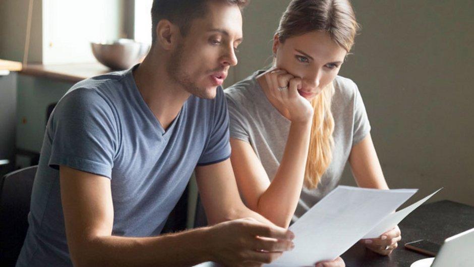 Eigenbedarfskündigung, ein Paar schaut mit ernster Miene auf das Kündigungsschreiben, Foto: fizkes / stock.adobe.com