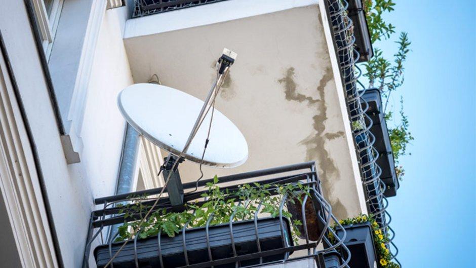 Satellitenschüssel, Satellitenschüssel am Balkon, Foto: cineberg / stock.adobe.com