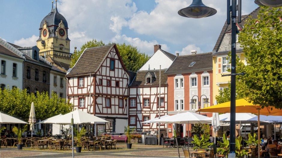 Maklerprovision, Blick auf Altstadt mit Cafes und Restaurants, Foto: HeinzWaldukat / stock.adobe.com