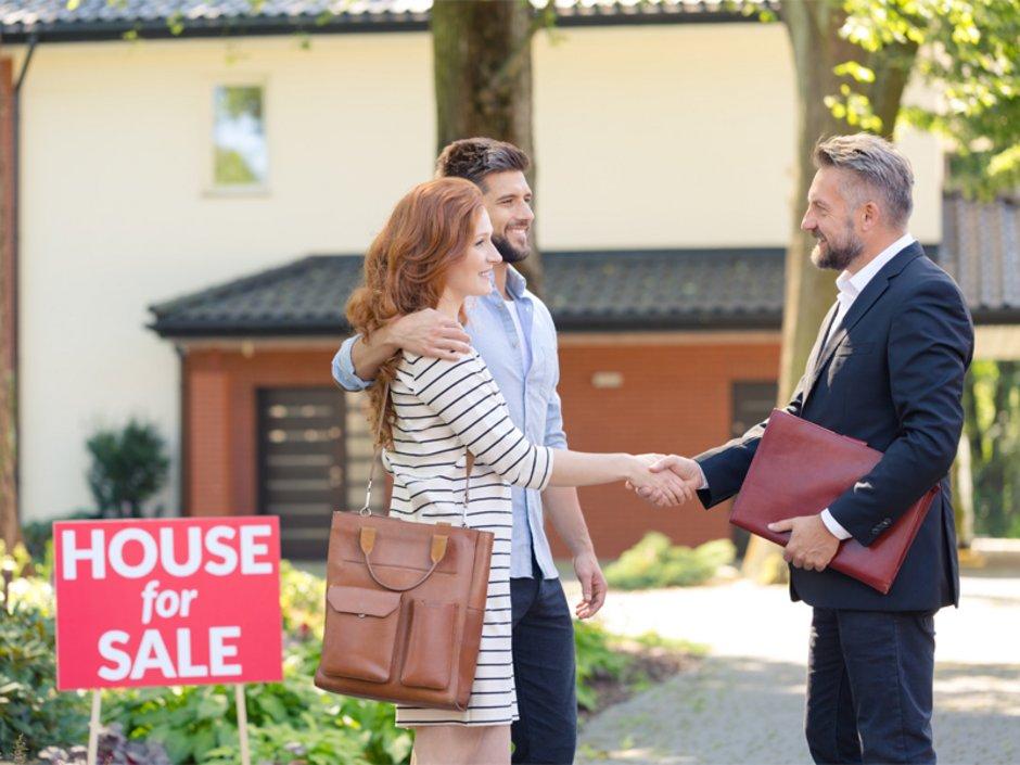 Auswandern in die USA, Makler begrüßt Paar zu einer Hausbesichtigung, Foto: iStock.com/KatarzynaBialasiewicz