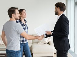 Mietaufhebungsvertrag, Paar schüttelt dem Vermieter in der Wohnung die Hand, Foto: fizkes / stock.adobe.com