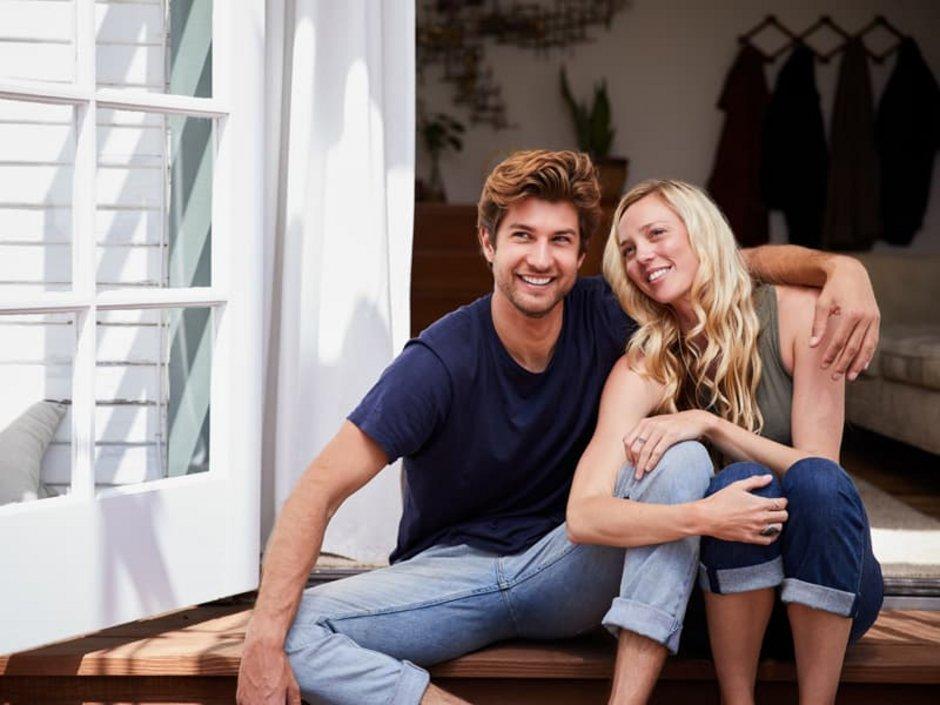 Auflassungsvormerkung, Grundbuch, Paar entspannt auf der Veranda, Foto: istock.com / Goodboy Picture Company