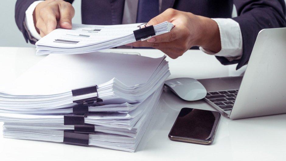 Unbedenklichkeitsbescheinigung, Unterlagen auf Schreibtisch, Foto: JaRiRiyawat / stock.adobe.com