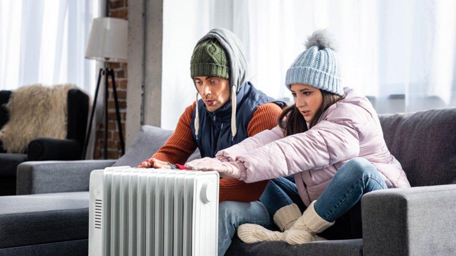 Mietminderung, defekte Heizung, Pärchen winterlich gekleidet auf Sofa, Foto: LIGHTFIELD STUDIOS / adobe.stock.com