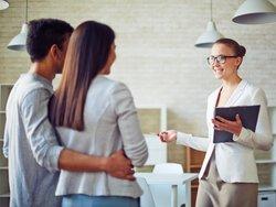 Immobilienmakler werden, Junge Immobilienmaklerin zeigt einem Paar eine Loftwohnung, Foto: pressmaster/stock.adobe.com