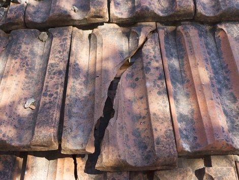 Alt-Tags: Instandhaltungsrücklage, Hausdach, Dachziegel kaputt Foto: iStock/bulentozber