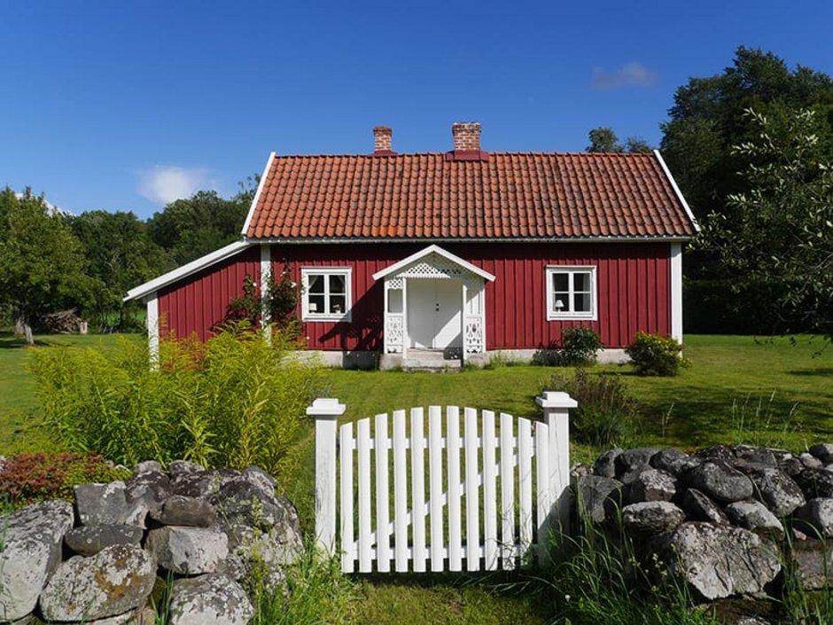 Auswandern nach Schweden, rotes Schwedenhaus steht auf grüner Wiese. Auswandern nach Schweden, rotes Schwedenhaus steht auf grüner Wiese. Foto: DagmarRichardt/stock.adobe.com