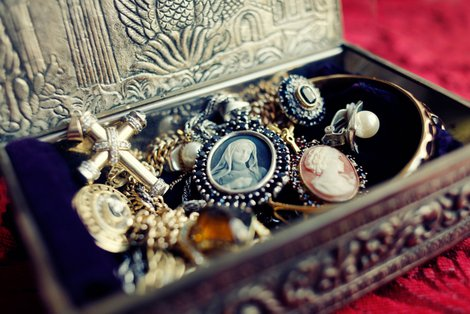 Eine Kiste voller Schmuck: Foto: iStock.com / AndreyPopov