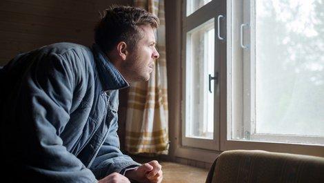 Einbruchschutz, Nachbarin sieht aus Fenster, Wachsamkeit, Foto: koldunova_anna / adobe.stock.com