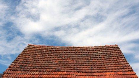 altes Haus kaufen, Dach, Ziegel, Foto: finecki / stock.adobe.com