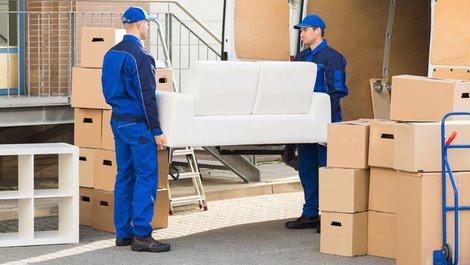 Eine Couch wird verladen. Foto: iStock.com / AndreyPopov