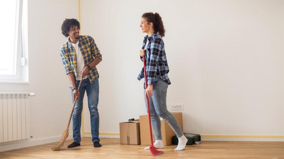 Wohnungsübergabe besenrein, fegen, Foto: iStock.com / GoodLifeStudio