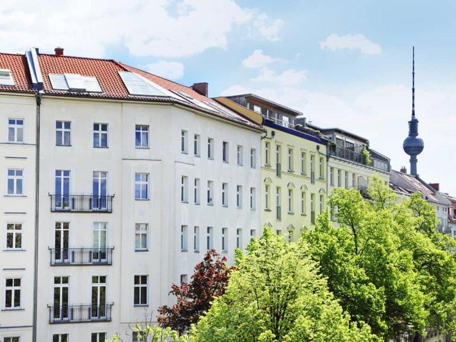 Zweitwohnsitzsteuer, sanierter Altbau vor dem Berliner Fernsehturm, Foto: Friedberg/stock.adobe.com