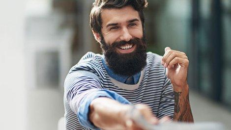 Alt-Tag: Wohnungsbewerbung, Bewerbermappe, Mieter erhält eine positive Referenz; Foto: iStock.com / PeopleImages