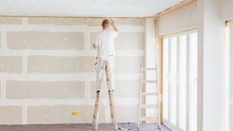Wann dem Mieter eine Renovierung zusteht, Maler steht auf Leiter und verputzt Wand, Foto: contrastwerkstatt / stock.adobe.com
