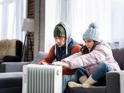 Mietminderung, defekte Heizung, Pärchen winterlich gekleidet auf Sofa, Foto: LIGHTFIELD STUDIOS/ adobe.stock.com