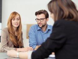 Wohnimmobilienkreditrichtlinie, Paar bei Bankberaterin, Foto: contrastwerkstatt / stock.adobe.com