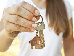 Zweitschlüssel, Frau hält Wohnungsschlüssel in der Hand, Foto: SkyLine / stock.adobe.com