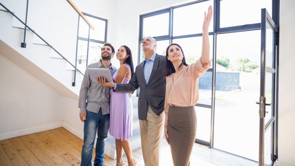 Maklerprovision, Makler zeigen Paar ein Haus, Foto: WavebreakmediaMicro / stock.adobe.com