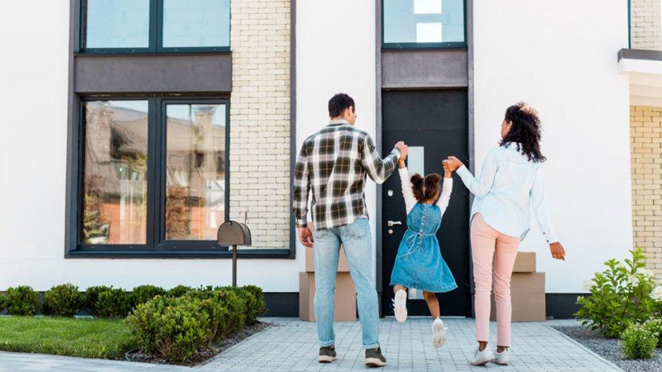 Wohnimmobilienkreditrichtlinie, Familie läuft auf ihr neues Haus zu, Foto: LIGHTFIELD STUDIOS / stock.adobe.com