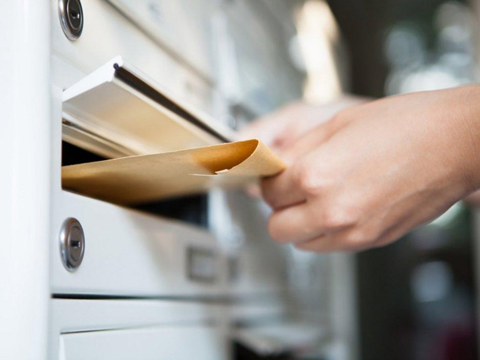 Wohnung kündigen, Kündigung, Mieter wirft großen Briefumschlag in Briefkasten, Foto: Andrey Popov/stock.adobe.com